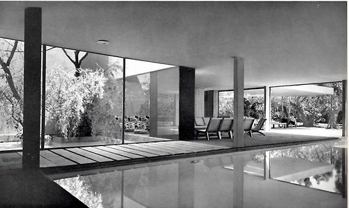 Casa Sordo Madaleno en el Paseo de la Reforma, México, DF 1952. Arq. Juan Sordo Madeleno    Vista de la piscina en el jardín, a la izquierda, el menor de dos patios interiores. -    Sordo Madaleno house on the Paseo de la Reforma, Mexico, DF 1952.  Architect: Juan Sordo Madeleno     View over the pool into the garden, on the left, the smaller of two inner courtyards.