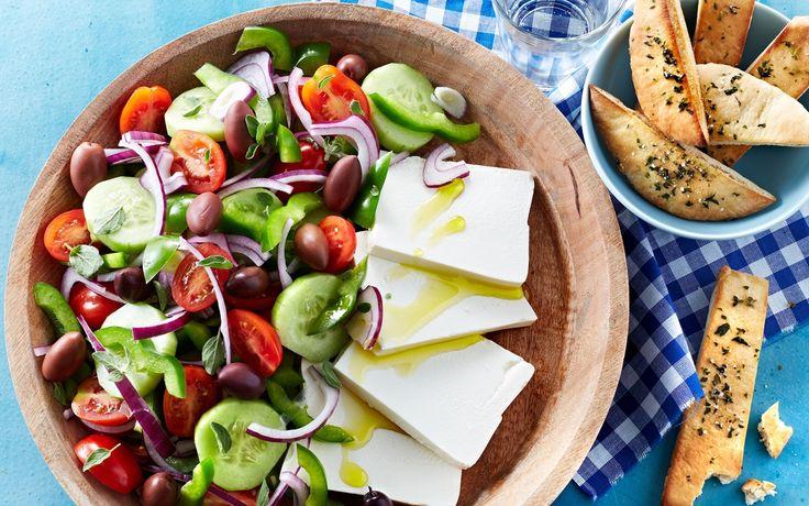Græsk salat Den skønne salat som mange af os har spist på ferie i Grækenland....fuld af minder om sol, varme og en taverna ved det glitrende hav.