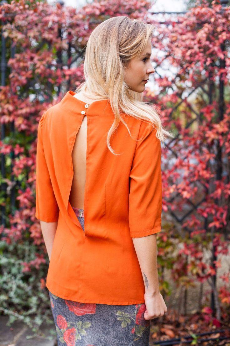 Camicia arancione con dettaglio a spacco retroschiena, outfit invernale con camicia unica. Look inverno   #madeinitaly #cinziarei #fashion #moda #firenze #shirt  www.cinziarei.com