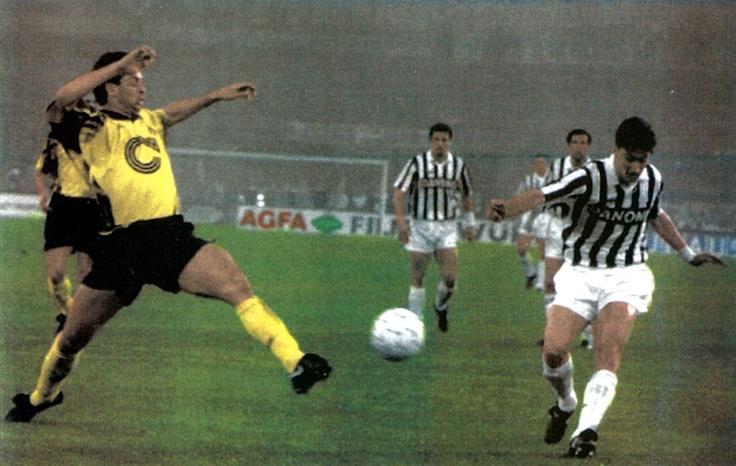 El centrocampista Dino Baggio (derecha) del Juventus FC realiza un centro al área ante la presión de un defensa del BV 09 Borussia Dortmund
