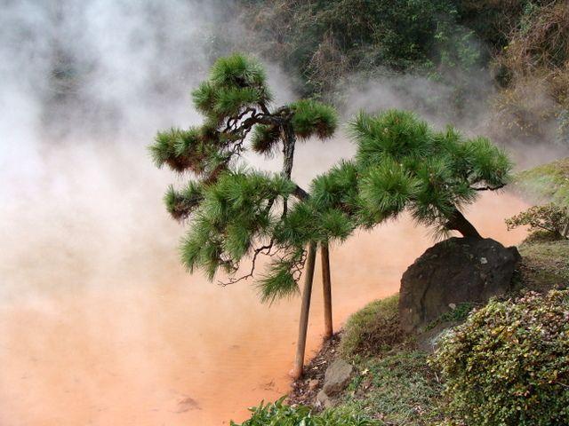 Beppu i Staw krwi, w którym woda  rzeczywiście ma czerwony kolor.