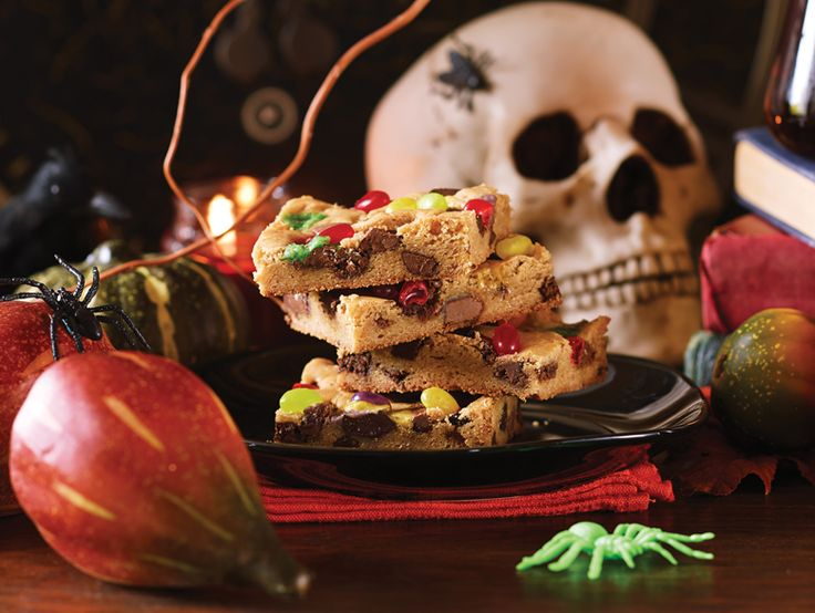use #Halloween candies and chocolates to bake these blondies #sweettooth #dessert #recipe