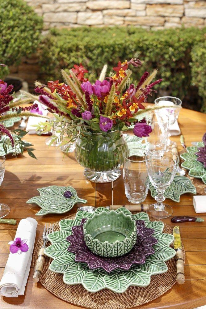 Florindo o centro da mesa, arranjos soltos, coloridos e alegres by Marcio Leme, da Milplantas, com mirra, amaranthus vinho,orquídeas onciduim,com miolo amarelo com vinho, tulipas roxas, capim-do-texas, e folhagem de nandina.