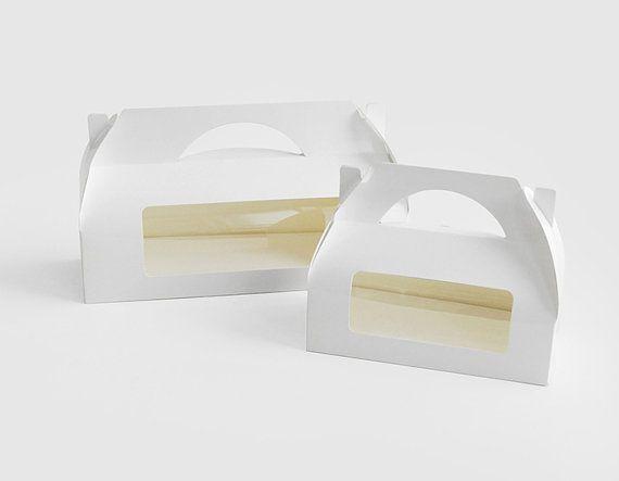 5 x cajas de gable ventana amplia blanca. Esta caja se hace con papel cartulina grueso brillante con ventana de plástico. Cuadro es perfecto para poner artículos largos / alto como difusores, palitos de pretzel y palitos de pockey. También galletas, dulces, macarons, cupcakes y piezas o pastel. Tamaño W x L x H / / Pequeño Aprox 6,7 x 3,3 x 3,3(5,1 incluyendo la manija) Aproximadamente 17 cm x 8,5 cm x 8,5 cm (13cm incluyendo la manija) Grandes Aproximadamente 9.8 x 3,3 x 3,...