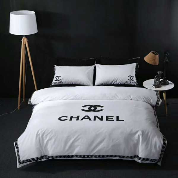 シンプルな無地とオシャレなCHANELロゴを合わせたシャネル寝具カバーはどんなお部屋にも合わせやすく、セットなので寝具の統一感も演出してくれる。