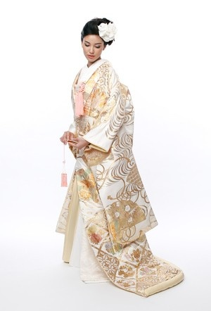 iro-uchikake Japanese Bride #weddingbelles