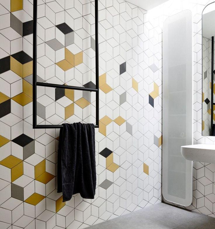 Вставки из желтой и серой керамической плитки смотрятся весьма стильно