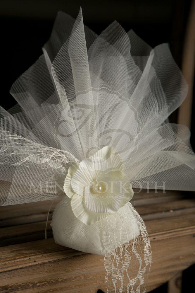Κλασική μπομπονιέρα γάμου με δαντέλα και χειροποίητο λουλούδι με πέρλα. Clasic tulle wedding favor with lace and handmade fabric flower embellished with pearl. #weddingfavors #classicwedding #chicweddingfavors