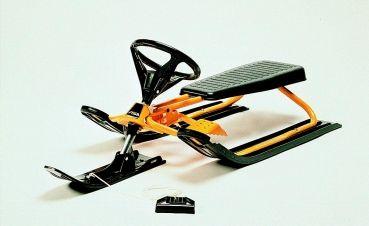 Skibobs von STIGA sind sehr hochwertige Wintersportgeräte und bringen enormen Fahrspass auf jeder Piste. Der Snowracer Classic ist der klassische Skibob von STIGA mit einem robusten Stahlrahmen. Bei Stürzen stellt sich die Zugfeder in der Lenkung quer und bremst den Snowracer damit schnell ab.        stabiler Stahlrohr-Rahmen      Farbe gelb      Lenkung mit Zugfeder      Bremse