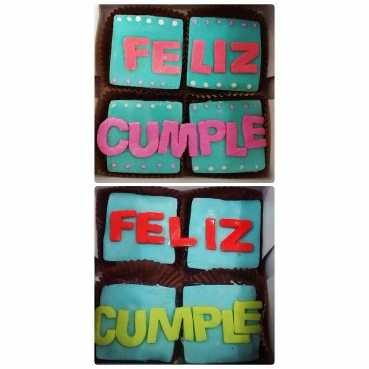Cajas de Brownie Melcochudo con mensajes personalizados en Fondant. Llámanos al (1) 625 1684 o al 317 657 5271. - #SoSweet #PasteleríaArtesanal #ReposteríaArtesanal #Brownie #PastryShop #Pastry #BrowniesEnBogotá #Fondant #HappyBirthday #FelizCumpleaños Brownies En Bogotá www.SoSweet.com.co