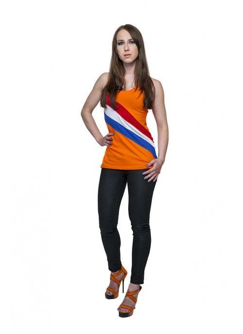 MISS ORANJE Jij bent MISS Oranje in dit tuniekje met perfecte pasvorm voor een verleidelijke look. Een geweldige top met zgn. sjerp die rondom doorloopt.  Top met racer-back, uitlopend model, aan de achterkant iets langer dan voor. De zachte kwalitiet stof zorgt voor een aangename pasvorm. De sherp is over de gehele stof, voor en achter, doorgeweven. Op de achterkant, op de racer-back, is een verschuifbare applicatie aangebracht.