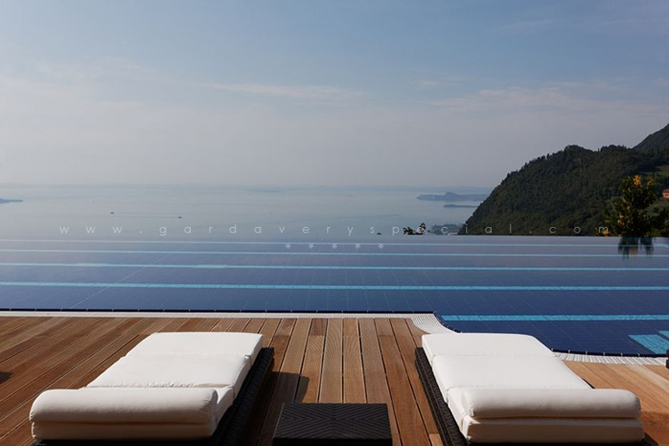 олимпийский бассейн с видом на озеро, резорт на озере Гарда.