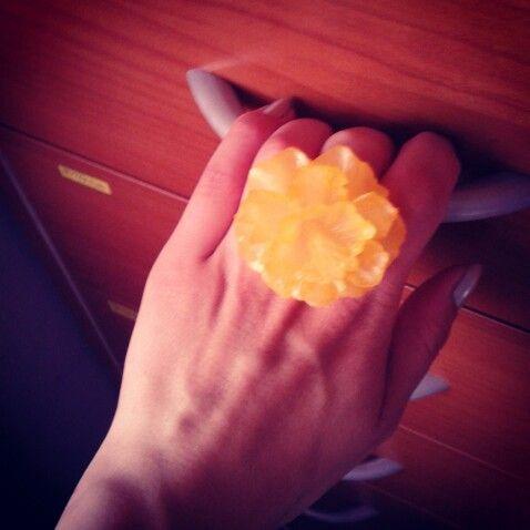 Annello giallo fiore in plastica
