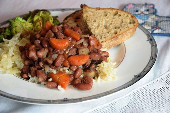 """Invest in Regular Family Dinners + Recipe: Beans with Onions and Carrots"" via @motherearthnews"