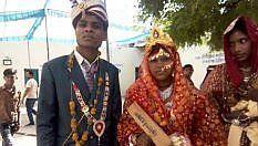 """""""Se tuo marito è ubriaco e violento, sistemalo con questo"""": il ministro indiano regala bastoni alle sposine"""