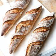 Disse koldhævede flutes og både nemme at bage, og så smager de også super godt. Den lange hævetid er med til at udvikle mere smag i de koldhævede flutes.