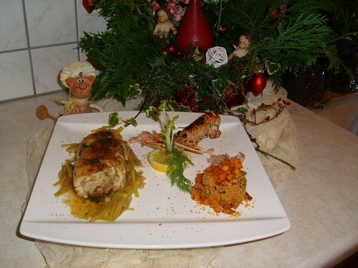 Kerstrollade van tongscharfilet en tonijn  is een lekker recept en bevat de volgende ingrediënten: 2 tongscharfilets, 2 schijven tonijnfilet ± 60 g per filet, viskruiden, 4 seizoenenpeper, bloem, 2 langoestines, 2 grote zoete aardappelen, 2 stengels wit van porei, 2 sjalotjes, balsamicodressing met appelsien, paneermeel, 1 citroen, boter, dille, Pineau Des Charentes, afwerking:, grijze garnalen, dille, erwtasperge