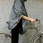 Wasserabweisendes Regencape  In einer perfekten Welt flögen Radfahrer geradezu über die Straßen, elegant vom Scheitel bis zur Sohle. Die Realität sieht allerdings oft anders aus. 2011 gründete Anne DeOtte Kaufmannsie mit einer Kickstarter Kampagne schließlich Iva Jean, um den Damen auf dem Rad die passende Kleidung anzubieten, mit der man auch abseits des Fahrradsattels eine gute Figur macht.