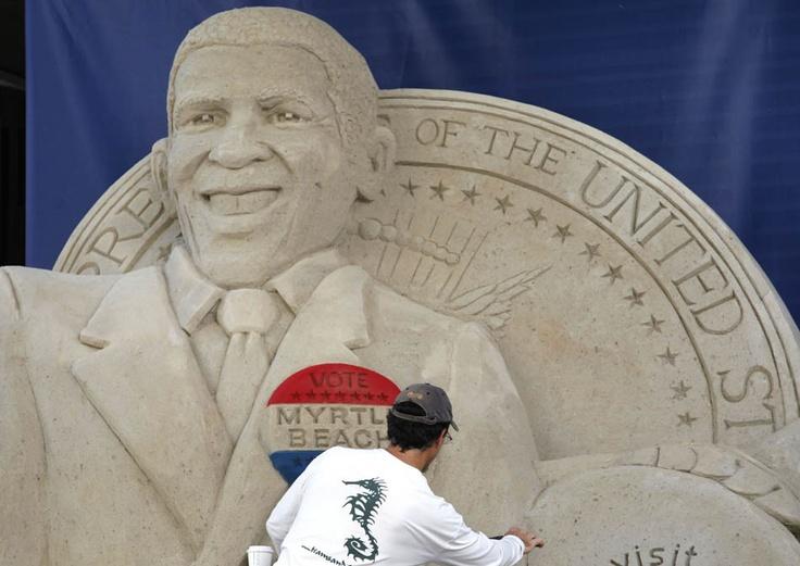Um homem faz uma escultura de areia com uma imagem do presidente Barack Obama perto do local da Convenção Nacional Democrata em Charlotte, Carolina do Norte.