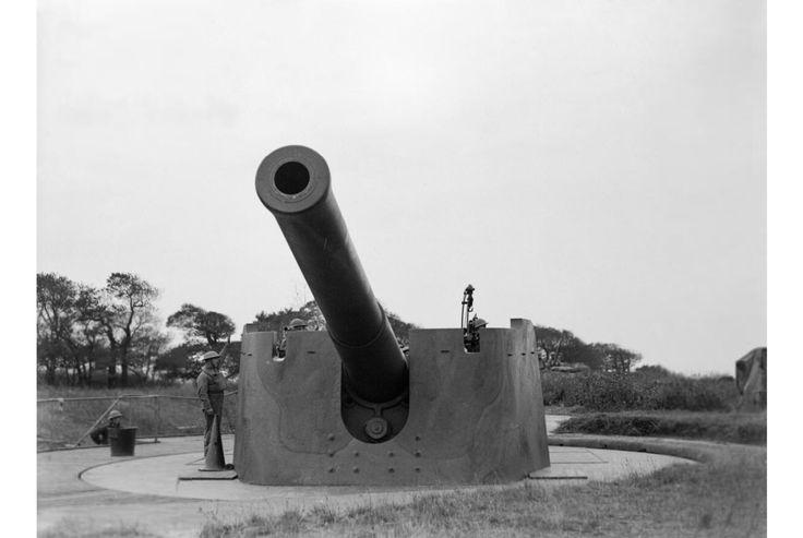 British Royal Artillery 9.2-inch coastal defence gun at Sheerness, Isle of Sheppey, November 1939.