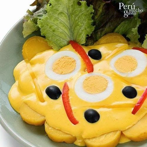 Gastronomia Peruana:  Papa a la huancaína ( Papa sancochada, bañada en salsa de ají molido, leche, aceite y queso fresco), se acompaña con huevos duros, aceitunas negras y hojas de lechuga.
