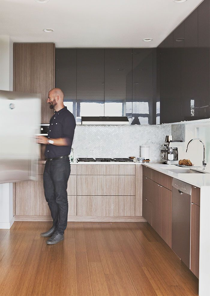 Casa multifamiliar moderna en Seattle con gabinetes de chapa de nogal y pisos de bambú en la cocina