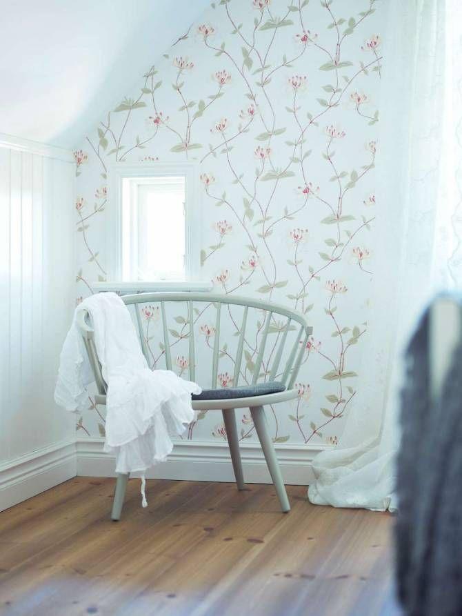 """De flesta möbler hade paret redan, som det vita matsalsmöblemanget och den vackra byrån i dansk design av Lene Bjerre. Den moderna soffan fick ta plats i tv-rummet på övervåningen medan två klassiska Howardsoffor omsorgsfullt valdes till sällskapsrummet på nedre plan. """"Det mest glädjande är att äntligen passar alla våra ärvda saker in och kommer bättre till sin rätt än tidigare"""", säger Lotta."""