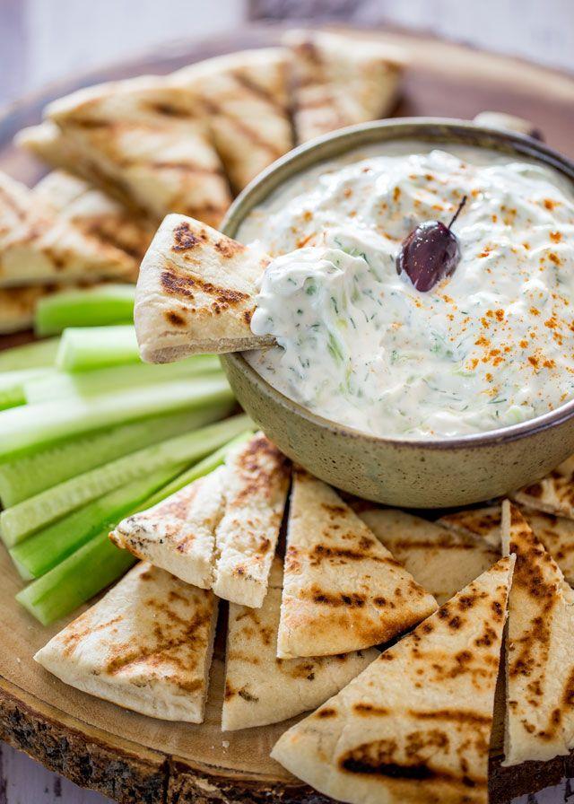Selbst gemachte Tzatziki Sauce - eine erfrischende und kühle Soße aus Joghurt, Gurken und Dill, ideal zum Tauchen, auf Gyros oder eine einfache Snack!