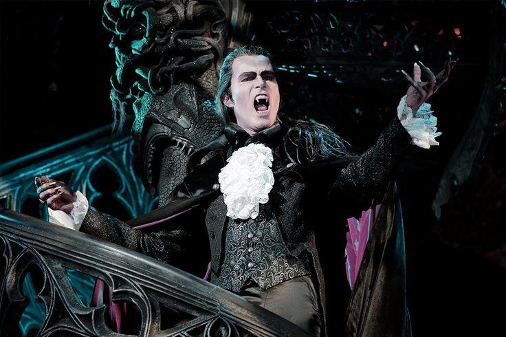 Es laden die Vampire zum Tanz! Lasst euch von einer Story mit Biss, furiosen Tanzeinlagen und rockigen Balladen mit Kuschel- und Gruseleffekt mitreißen und mischt euch unter das Musicalpublikum im Deutschen Theater in München!