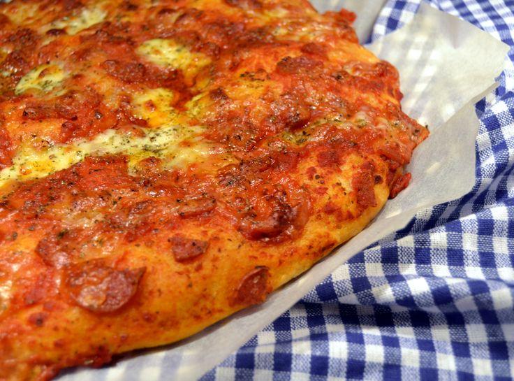 focaccia pizza med pepperoni og mozzarella