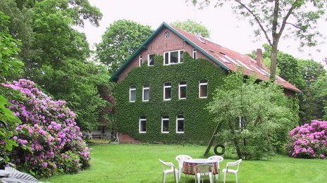 Gut Ankelohe | Das Gut Ankelohe, der Seminar- und Ferienhof , wurde vor fast 200 Jahren erbaut und liegt zwischen Weser und Elbe in einer idyllischen Landschaft aus Wiesen, Seen und Wäldern. Bei uns können Sie Seminare und Tagungen abhalten, Gruppenurlaube und Familientreffen machen sowie Hochzeiten und Feste feiern. Um den liebevoll restaurierten Gutshof erstreckt sich ein großzügiger Park mit alten Bäumen und Rhododendren, Schwimmbad, Spielwiesen, Saunahaus und Lagerfeuerplatz zum Grillen.