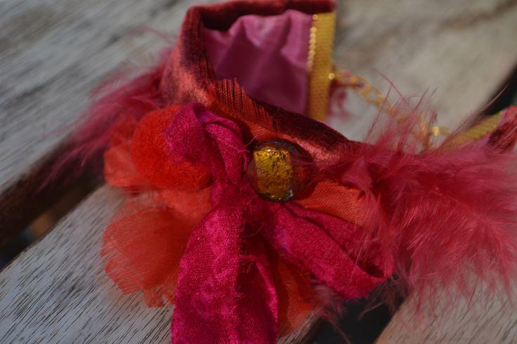 """Bracelet manchette """"Mon rouge-plume"""" avec soie de sari indien, panne de velours, plume, perle Murano, pompon, tissu, : Bracelet par les-perles-de-eihpos"""