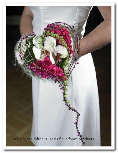 Bruidsboeket in Hartvorm Bloemschikmaterialen Dit prachtigebruidsboeket in hartvorm is gemaakt op een bridy, bruidsboekethouder in hartvo...