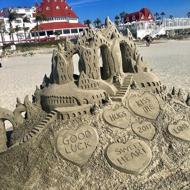 Пляж пользуется популярностью у мастеров по изготовлению чего-нибудь эдакого из песка, чаще всего замков, но иной раз их фантазия разыгрывается не на шутку. Тем не менее, выглядят их творения довольно занятно. Вот такие песчаные замки на пляже. И все их неустанно фотографируют😁📷#travel #traveling #holiday #vacation #travelling #sun #hot #love #ilove #instatravel #tourist #traveler #instalive #instalife #tourism #gf #colore #tagsta_travel #beauty #beautiful #amazing