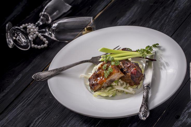 Ragacsos oldalas - szingapúri coslew salátával, mogyoróval | A sertésoldalas a barbeque (BBQ) egyik legnépszerűbb étele. És bár a BBQ party-k a nyári hangulatot idézik, érdemes télen is ízlelni ezt az ételt, mert egyszerűen mennyei és remekül passzol az óév búcsúztatásához. A tökéletes BBQ elkészítéséért ezúttal te is ringbe szállhatsz, amit a csomagban küldött receptkártyákkal könnyedén el is készíthetsz. Tudtad, hogy Amerikában olyan nagy hagyománya van a BBQ tökéletesítésének, hogy erre…