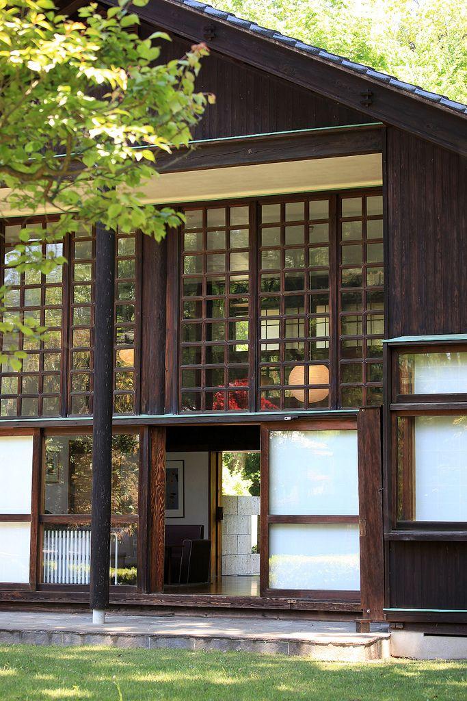 昭和17年竣工とは思えないモダンさを兼ね備えた家。ル・コルビュジエの弟子であり、上野の文化会館設計者としての顔も・・・上野では師弟の建物が向き合っているという、粋な計らいがいいですね。