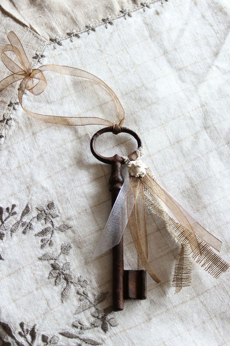 Ancienne grande clé décorative porte-bonheur, bijou de porte romantique, ou simplement à poser sur un meuble.