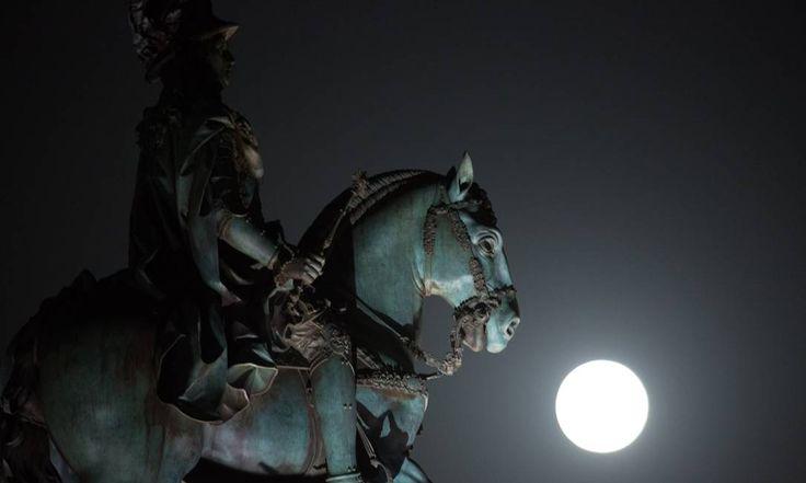 O fenômeno capturado em Lisboa, através da estátua do rei José I Armando Franca / AP 29/08/2015