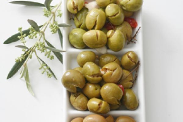 La Aceituna Aloreña es el aperitivo ideal para compartir con los amigos en un bar  o como entrante antes de la comidas
