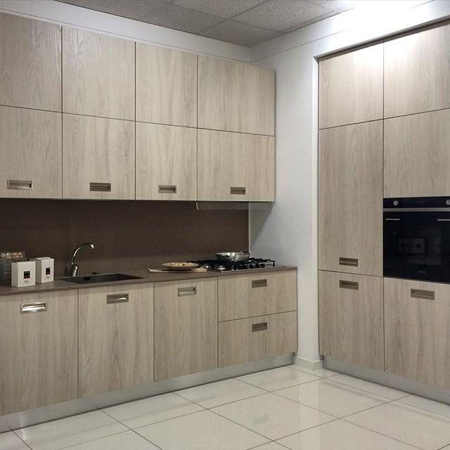 Ancora un'altra soluzione di cucina. Vieni a vederle tutte nel nostro showroom il più grande centro cucine del sud Italia.