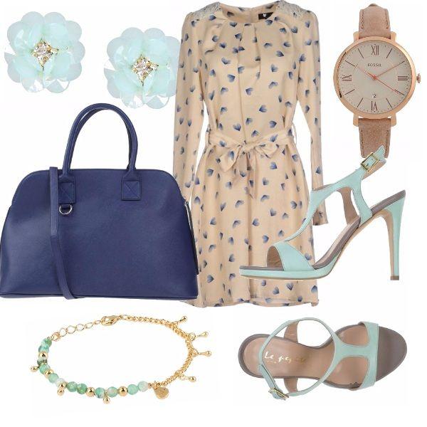 Abito beige con fantasia blu e dettagli in pizzo, sandalo beige e turchese, borsa blu rigida, capiente e versatile, orologio beige dettagli oro, orecchini e bracciale turchesi con finiture oro.