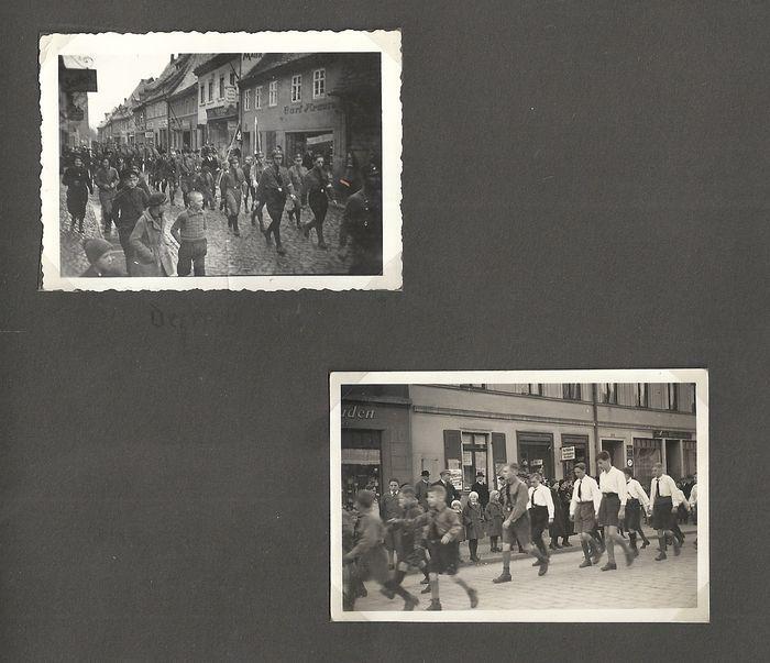 Derde rijk; Fotoalbum HJ youngth BDM meisjes rond 1932-1935 met 92 originele foto's  Derde rijk; Fotoalbum mit Hitlerjugend Jungvolk Bund of Duits Girls met 92 originele foto's.Het album heeft de indeling: 22 x 285 cm.De meeste foto's grootte zijn: 9 x 6 cm.Sommige van de foto's zijn in briefkaartformaat: 14 x 9 cm.Het album heeft slechts enkele gebreken.8 foto's liggen los in het album.De cover heeft lichte sporen van gebruik.De deksel en het hele album in een goede conditie.De foto's geven…