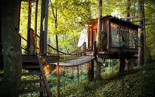 アメリカ・ジョージア州アトランタの街郊外に位置する、建築家 Peter Bahouth さんは、子供の頃からの夢を実現すべく、このツリーハウスを建てました