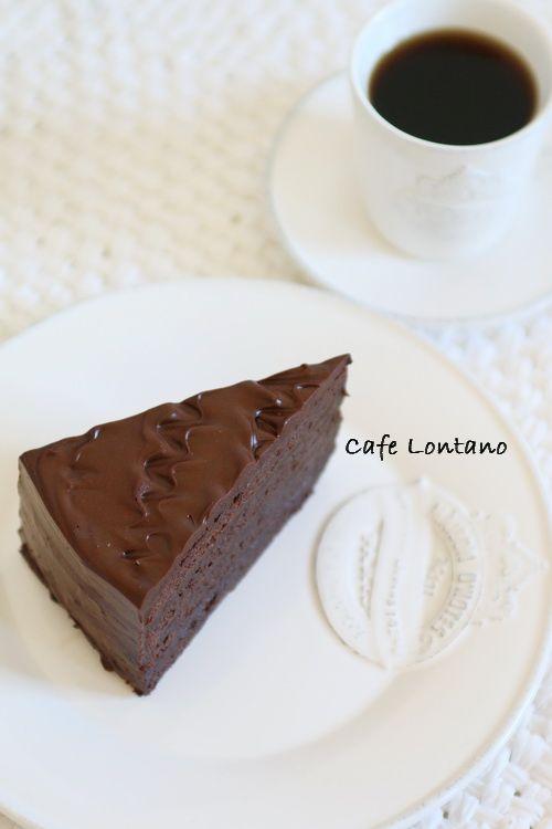 Öncelikle uyarmam gerekir ki bu pasta toplam 730 gr çikolata içeriyor! Pasta kitabım için yaptığım bu pastaya halen isim verememiş olsam da tarifi şimdiden paylaşmak istedim. Artık ismini de ilk ke...