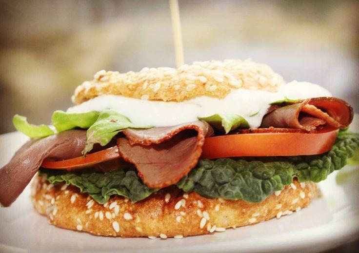 Idag inspireras jag av @linahsmejeriprodukter och kör en rostbiffmacka med ostyoghurtsås. Slängde snabbt ihop lchf-hamburgerbröd och proppa jag i rostbiff sallad och den goda såsen (turisk yoghurt tabasko riven parmesan samt salt &peppar) och mums vad gott det blev väldigt mäktigt också med brödet. Är riktigt seg idag men det gör väl inte så mycket eftersom vädret blev dåligt och alla sol-planer inte blev av. Ska hoppa i duschen och försöka vakna till liv nu och peppa till inför grillkvällen…