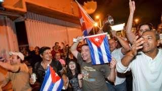 Image copyright                  Reuters                  Image caption                                      Decenas de cubano-estadounidenses salieron a la calle tras la muerte de Fidel Castro.                                Un fuerte olor a tabaco habano inundó la madrugada de este sábado la Calle 8, la arteria principal de La Pequeña Habana, el emblemátic