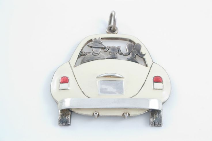 Per tutti i papà con la passione delle macchine.... Possibilità di personalizzare il modello dell'auto, la targa, i colori e i personaggi. Realizzati in argento con smalto