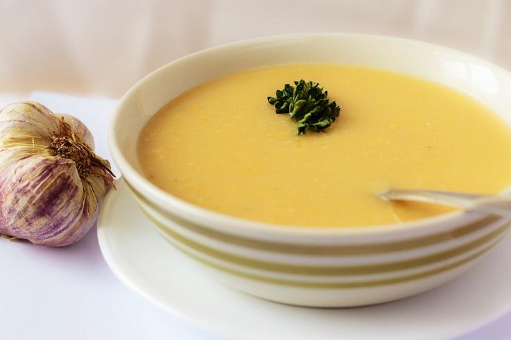 Hrachová polievka  Polievka zo sušeného lúpaného poleného hrachu, so zeleninou, dochutená cesnakom.