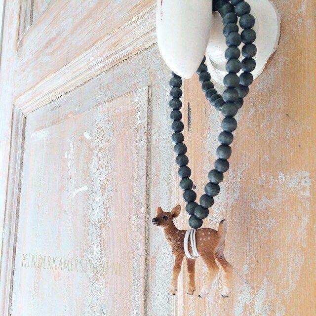 Tip! Gebruik kettingen om aan kastknoppen en muurhaken te hangen. Deze lieve hanger komt bij Essie's vandaan. Ze heeft ook flamingo's en andere dieren!! | Kinderkamerstylist.nl
