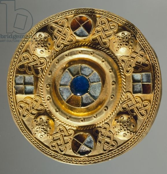 7th century round-shaped gold fibula, from tomb 117 at Castel Trosino, Italy. Goldsmith's art, Longobard civilization.